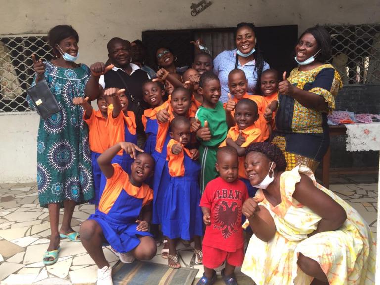 """Endlich Schuluniformen für die Kinder des Waisenhauses CAJEN an den Schulen """"TENDRE MERE"""" in Douala"""