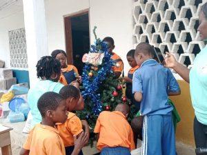 Ein echter Tannenbaum im Waisenhaus von CAJEN
